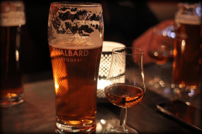 Aftenen fortsætte på en Pub i Svalbard...