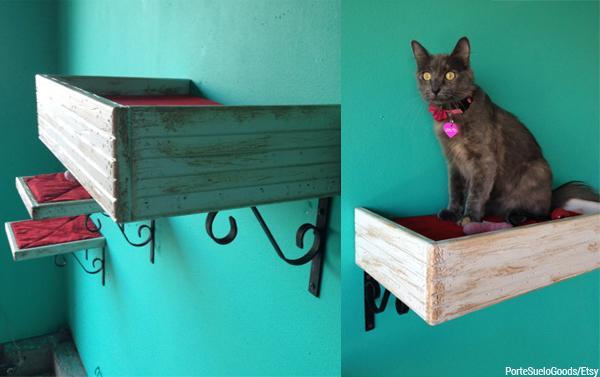 Transformar caixotes em prateleiras é tudo de bom! Atente para o uso da mão francesa (o suporte), sem ela o caixote pode não aguentar o peso do gato. Design de PorteSueloGoods.