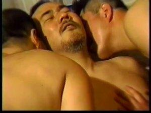 【ゲイ動画】ぽっちゃりオヤジたちが大量に濃厚ザーメンをぶっ放す!昭和の雰囲気漂う中年男子の3PやSMプレイ、そしてフィストファック…複数の男たちのエロカラミを見よ!