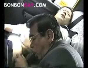 【ゲイ動画】お小遣いあげるからいいじゃない…タクシー運転手を誘惑し、フェラ、手コキ、そしてセックス!ぽっちゃりリーマンオヤジのネットリとしたカラミがエロ過ぎる!