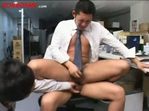 【ゲイ動画】仕事場なら、男もたくさんいるし、現場によってはアナルセックスし放題!?筋肉系の同僚が仕事中のイケメンの背後から突然エッチな行為、そのまま他の同僚と3Pへ!