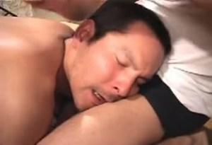 【ゲイ動画】ほら、これ嗅いでみろよ…!変な薬を嗅がされ、淫乱に拍車をかけられるガチムチ気味の短髪男子、拘束&オラオラなプレイで激しい3P調教を受けてちんぐり返し昇天!