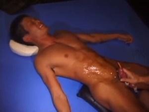 【ゲイ動画】尿道を刺激されるとオシッコ出ちゃう!尿道にゴム管を挿入された筋肉系短髪イケメンがフル勃起ペニスをしごかれお漏らし…さらに手コキされてそのまま射精も!