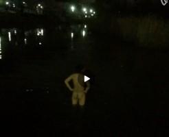 【Vine動画】プリケツ丸出しで仁王立ち!w夜の池を素っ裸で泳ぐ筋肉系男子がシュールw