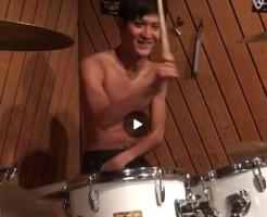 【Vine動画】イケメン度+筋肉>ドラムの腕前?エアドラムを披露するイケメンが可愛いw