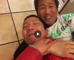 【Vine動画】包茎ペニスに手が当たりそう…!?床でイチャつく下半身裸のやんちゃ男子ww