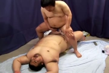 【ゲイ動画】激ポチャ同士のアナルセックス対決!体重の合計は200キロ以上!?超巨漢同士がお互いの欲望をぶつけ合い、汗びっしょりになりながら勃起ペニスで腰振りを…!