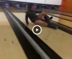 【Vine動画】ボーリング場でペニス丸出しにしながらレーンへ投げられるスリム系男子ww