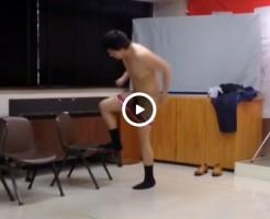 【Vine動画】お祝いの席でスーツを脱ぎ捨てペニス丸出しで踊り出す筋肉系男子www