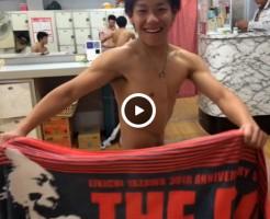 【Vine動画】銭湯でバスタオルを巧みに使い、ペニスを隠すスリ筋男子が包茎をチラリww