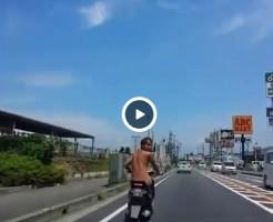 【Vine動画】真昼間の公道で素っ裸!?原付を公衆の面前で堂々と乗るイケメンがすごいw