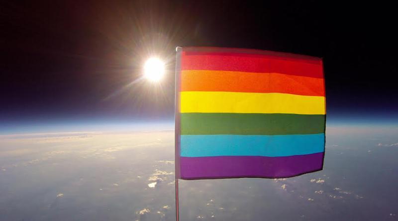 Es enviada la primera bandera gay al espacio, declarándolo LGBTI friendly