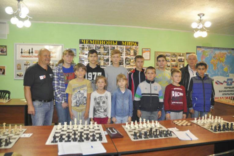 Шахматную доску — на каждую парту