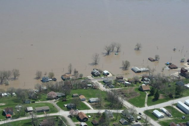 Flooding is seen along the Mississippi River in LaGrange, Missouri, in this April 21, 2013 handout photo courtesy of the Missouri Governor's Office. Picture taken April 21, 2013. REUTERS/Office of Missouri Governor Jay Nixon/Handout