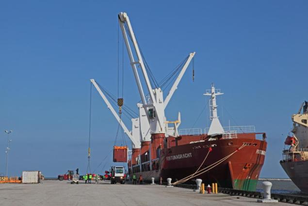 MV Fortunagracht unloads the last containers at the port of Cleveland, Saturday, April 19, 2014. Photo courtesy Port of Cleveland via Twitter/Dan Morgan