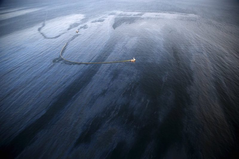 An oil slick is seen along the coast of Refugio State Beach in Goleta, California, United States, May 19, 2015. REUTERS/Lucy Nicholson