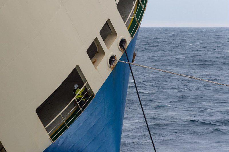 """Le batîment de commerce """"Modern Express"""" est à la dérive au large des côtes françaises, suite a une avarie et a l'évacuation de son équipage. L'Abeille Bourbon ainsi que la Frégate Anti-sous-marine (FASM) Primauguet arrivent sur zone avec les experts de la Marine Nationale, pour une évaluation de la situation. Le Vendredi 29 Janvier 2016 au large des côtes françaises."""