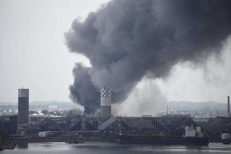 Smoke rises from the explosion site at Mexican national oil company Pemex's Pajaritos petrochemical complex in Coatzacoalcos, Veracruz state, Mexico, April 20, 2016. REUTERS/Angel Hernandez