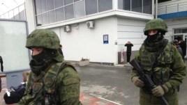 Unidentified gunmen on patrol at Simferopol Airport in Ukraine's Crimea peninsula, Feb. 28, 2014 (Elizabeth Arrott/VOA)