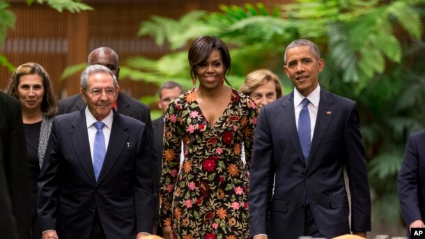 Prezident Barak Obama, birinci xanım Mişel Obama Kuba prezidenti Raul Kastro ilə Havanada İnqilab sarayında