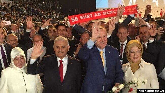 Türkiyə prezidenti Rəcəb Tayyib Ərdoğan və baş nazir Binalı Yıldırım AKP-nin qurultayında