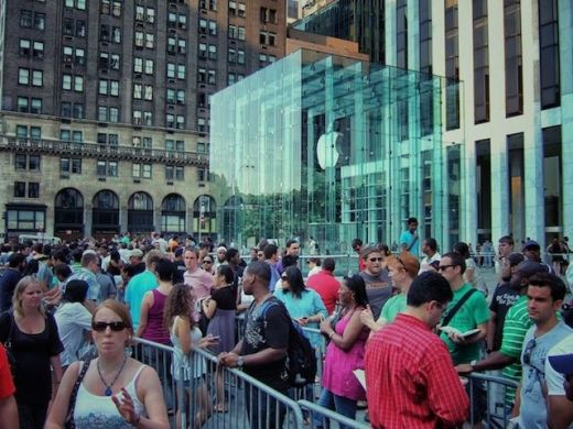 Apple Store Crowds at the NYC Flagship ... More than a gimmick!