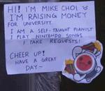 Joven toca música de videojuegos para pagar sus estudios