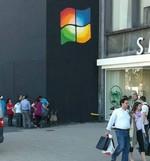 Dos jóvenes colocan el logo de Windows en una tienda de Apple [Vídeo]