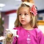 Estudiantes de una secundaria con impresora 3D le alegraron la vida a una niña que nunca pudo usar su mano derecha