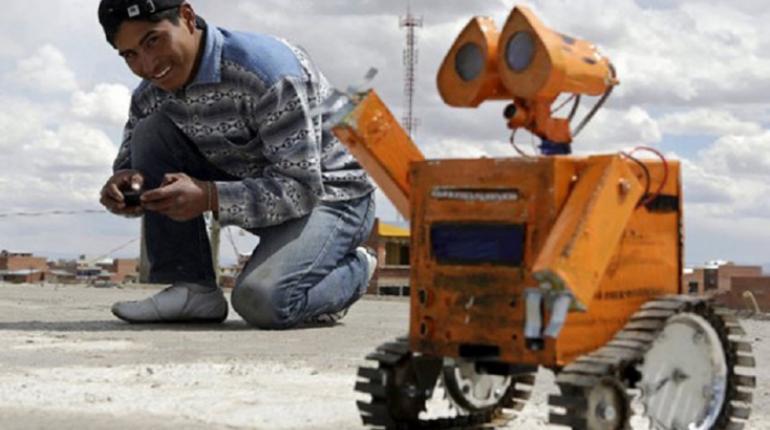 Wall-E boliviano: Con desechos de un basural, creó un robot y lo dirige desde el celu