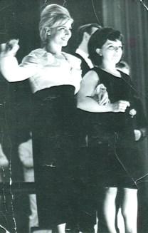 Gerdi Brückmann mit dunlem Haar und Bärbel Wachholz