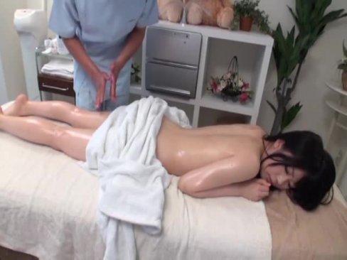 (秘密撮影)親に連れてこられたマッサージで、ズッポシハメられちゃうセイフク女子・・・