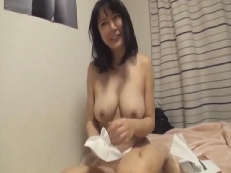 【素人】 自宅のベッドで誰にでも中出しさせてくれる近所の巨乳人妻の映像!!
