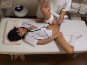 (秘密撮影)カワイすぎて、医者にアソコを悪戯されてしまうJK・・・