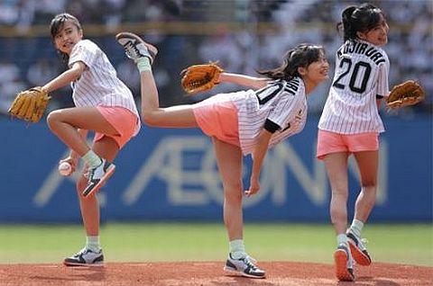 小島瑠璃子の始球式がでアソコが見えた!と話題www