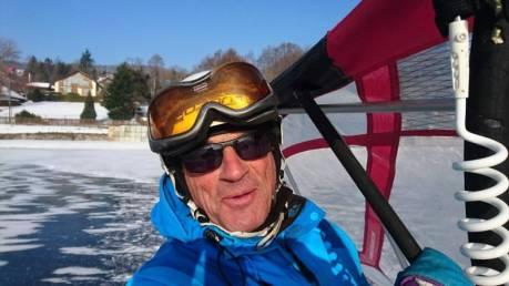 Dédé, beau, bronzé, sportif confirme son titre de roi du patin acquis dans les années 90