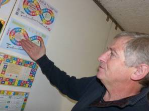 Michel Hantz devant les premières ébauches du jeu