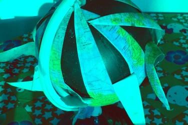 Globus, aufgeblättert (Foto und Verfremdung: SZ)