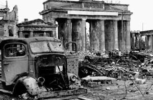 Brandenburger Tor 1945. Die dauernde Polarisierung zwischen Kapitalismus und Kommunismus riss ganze Volksmassen in den Wahn von Entweder-Oder, von Schwarz und Weiss, von Sieg oder Untergang. Es gibt politische Gruppen, die politisieren heute noch so, trotz des negativen Beispiels Deutschland…