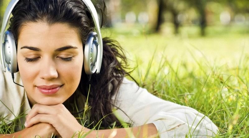 devuska slusaiusaia muziku