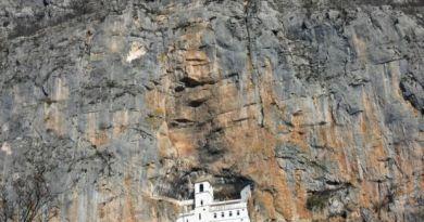 Монастырь Острог в Черногории.