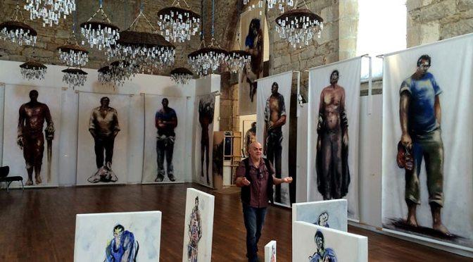 Paul Bloas présentant son exposition Géants et méduses à la chapelle des Ursulines de Quimperlé