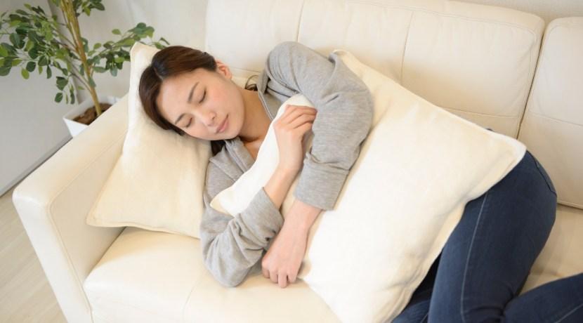 昼寝する女性