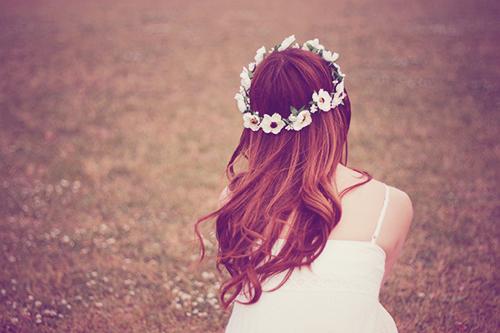 草原で風を感じる女の子のフリー写真素材(商用可)