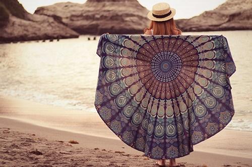 ラウンドタオルに体を包み込む女の子のフリー写真素材(商用可)