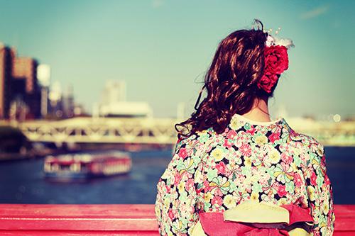赤い橋から川を眺める着物姿の女の子のフリー写真素材(商用可)