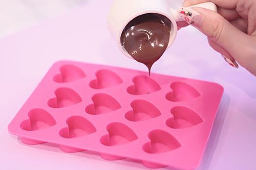バレンタインデーに向けてチョコレートを型に流し込む様子のフリー写真素材(商用可)