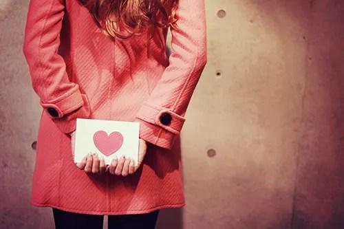 後ろ手にラブレターを隠している女の子のフリー写真素材(商用可)