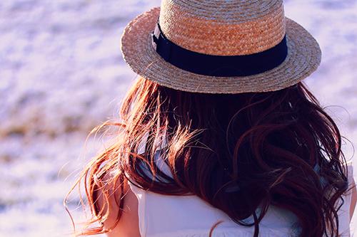 ネモフィラの丘を見つめる女の子のフリー写真素材(商用可)