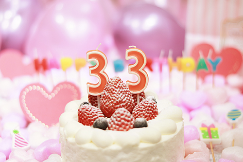 オシャレな誕生日画像:可愛いケーキとキャンドルでお祝い〜34歳編〜のフリー写真素材(商用可)